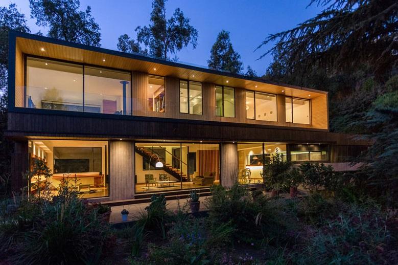 Hermosa casa moderna rodeado por el bosque