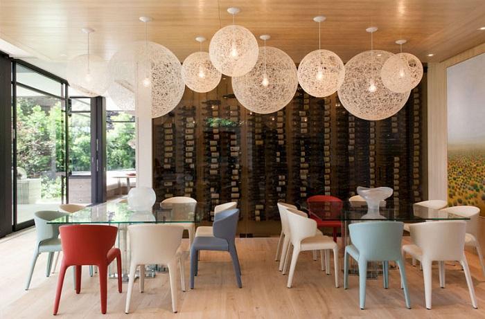 Imagen del bar con pared de almacenamiento de vino