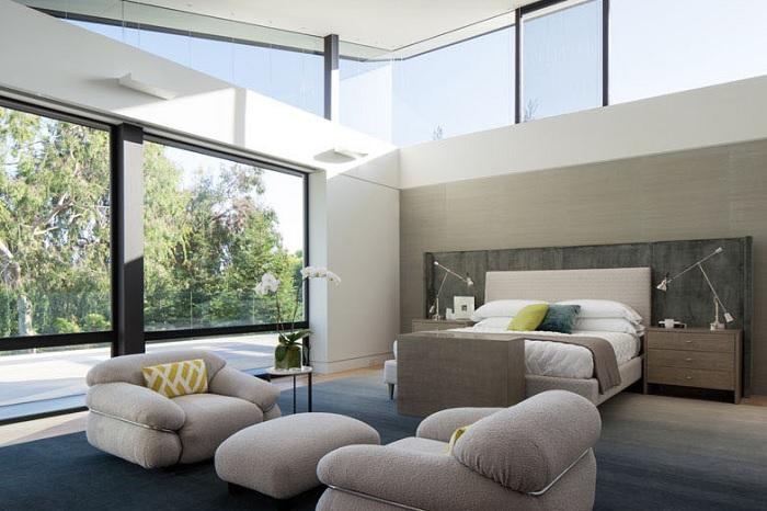 Imagen del dormitorio con una sala de estar
