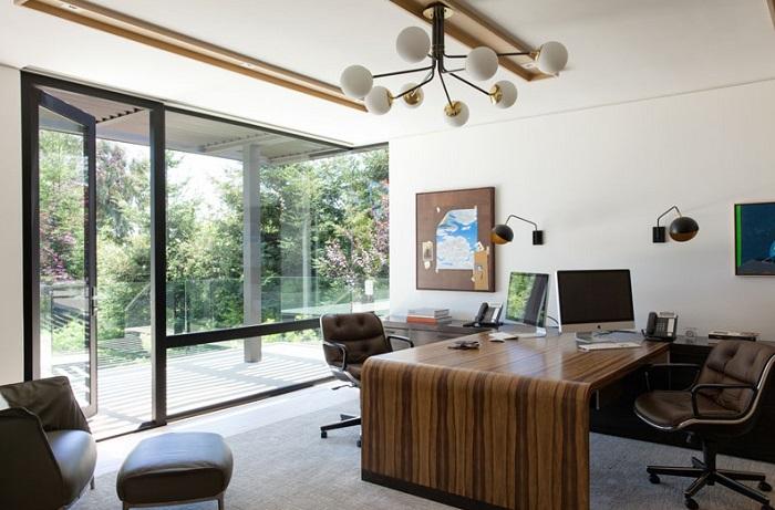 Imagen de una oficina amplia dentro de la casa